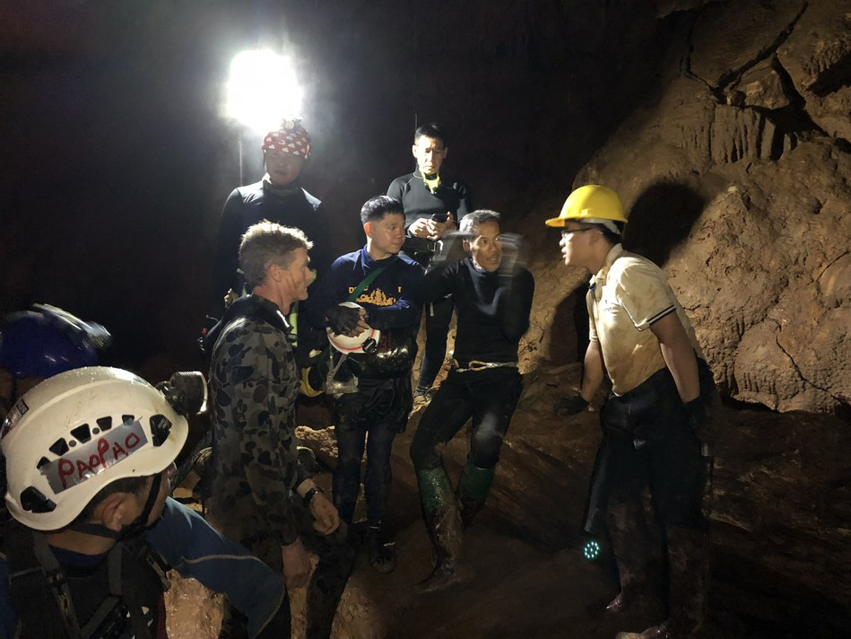 Jason Wang (right), an employee of Foton Thailand, entered the cave, acting as interpreter for rescue teams