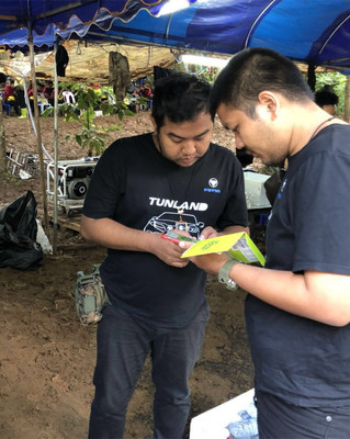 Phanuwat and Mr. Apichart from Foton Thailand assisted a rescuer in repairing the communication equipment