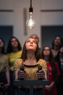 Rafael Lozano-Hemmer, Pulse Spiral, [Pulsations en spirale], 2008; 300 ampoules incandescentes, capteur de fréquence cardiaque, contrôleurs de voltage, ordinateur, composantes électroniques et logiciel sur mesure; Avec l'aimable permission de l'artiste et de la galerie bitforms - © Rafael Lozano-Hemmer / SODRAC, Montréal / VEGAP, Madrid (2018); Photo : François Maisonneuve (Groupe CNW/Musée d'art contemporain de Montréal)