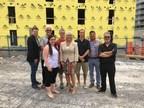 Mme Maryse Gaudreault et M. Cedrick Tessier, conseiller municipal à la Ville de Gatineau, entourés des membres du conseil d'administration de la Coopérative de solidarité Les artistes du Ruisseau (Groupe CNW/Cabinet de la ministre responsable de la Protection des consommateurs et de l'Habitation)