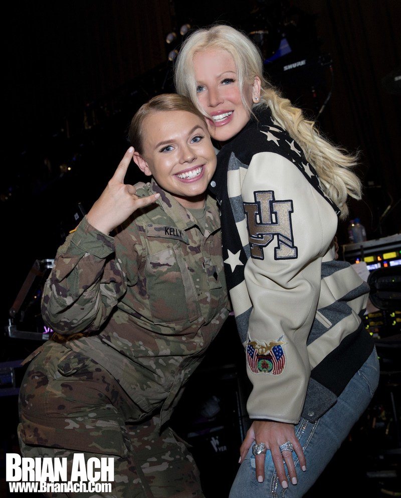Michaele Schon Poses with Active Duty Soldiers in Milwaukee, WI 7/4/2018 (PRNewsfoto/Neal Schon)