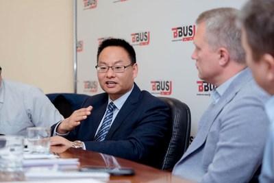 Hu Huai Ban, gerente general de mercados extranjeros (a la izquierda), Yutong Bus, y Alexander Strukov, fundador de BBus (a la derecha) (PRNewsfoto/Yutong Bus)