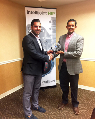 Armen Bakirtzian (left), CEO & Co-Founder of Intellijoint Surgical, presents the IJS Innovation Award of Excellence to Ritesh Shah, MD, orthopedic surgeon with Illinois Bone & Joint Institute. Dr. Shah is being recognized for being the first surgeon in Illinois to offer improved hip replacement outcomes with intellijoint HIP® in an outpatient surgery center setting. (CNW Group/Intellijoint Surgical Inc.)