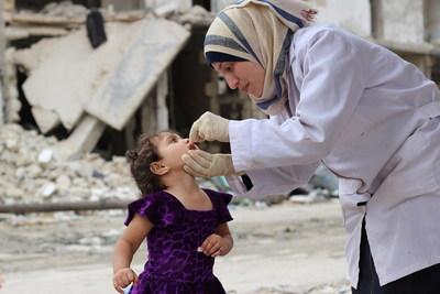 Tasneem, âgée de 3 ans, reçoit un supplément en vitamine A, lors d'une campagne de vaccination contre la rougeole, dans le quartier de Helwanieh, à Alep-Est, en Syrie. (Groupe CNW/UNICEF Canada)