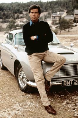 A SPYSCAPE, a empresa de entretenimento educacional voltada para o mundo da inteligência secreta, adquiriu o famoso Aston Martin DB5 de James Bond, dirigido por Pierce Brosnan em 007 Contra GoldenEye, por 2 milhões de libras (2,6 milhões de dólares), para permitir que os fãs de Bond se sentem ao volante. É o carro que foi a estrela de uma corrida de três minutos nas colinas acima de Mônaco contra a vilã Xenia Onatopp, interpretada por Famke Janssen. Os fãs de James Bond podem se inscrever online em www.spyscape.com/db5 para mais informações. Everett Collection Inc / Alamy Stock Photo
