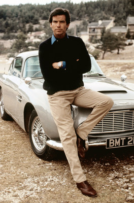 SPYSCAPE, la compañía de entretenimiento educativo centrada en el mundo de la inteligencia secreta, adquirió el célebre Aston Martin DB5 de James Bond, conducido por Pierce Brosnan en GoldenEye, por dos millones de libras esterlinas (US$ 2,6 millones) para que los fans de Bond puedan ponerse al volante. Es el automóvil que fue la estrella de una carrera épica en las colinas de Mónaco contra la villana Xenia Onatopp, interpretada por Famke Janssen. Para obtener más información, los fans de James Bond pueden inscribirse en línea en www.spyscape.com/db5. Everett Collection Inc / Alamy Stock Photo