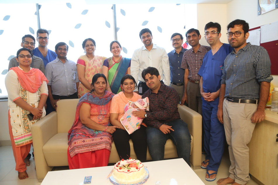 Baby Cherry with her parents and the team of doctors at Rainbow Hospital (PRNewsfoto/Rainbow Children's Hospital)