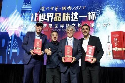 Fan Zhiyi, Álvaro Alexánder Recoba Rivero, Bora Milutinović e Wang Hongbo no banquete. (PRNewsfoto/Luzhou Laojiao)