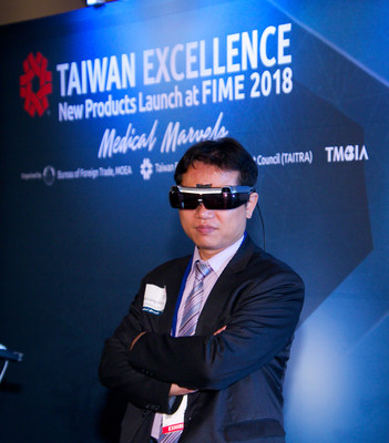 Dr. Min-Liang Wang, Taiwan Main Orthopedics demonstrating how Caduceus glass will help surgeons during high-risk surgeries at Taiwan Medical Marvels International Press Conference and Product Launch during FIME at the Orange County Convention Center in Orlando (photo by Greg Griffith)