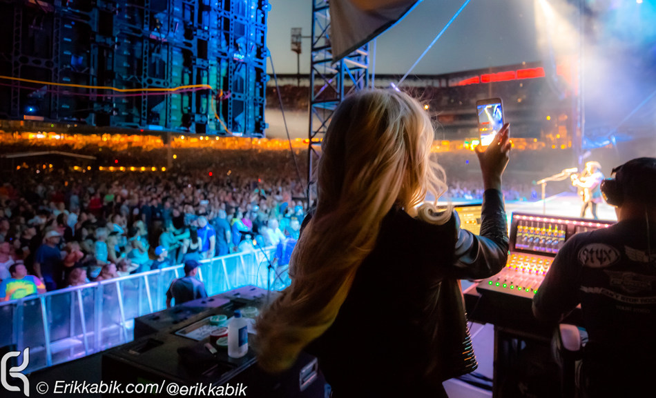 """Michaele Schon Looks on as Neal Schon Dedicates Performance of """"Lights"""" to Steve Perry"""