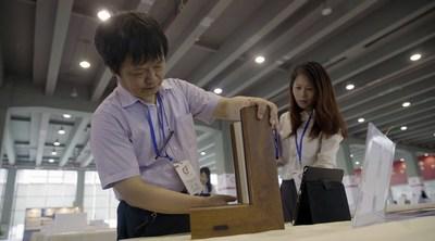 He Renke, o presidente do CF Awards, avalia os produtos pelo design (PRNewsfoto/Canton Fair)