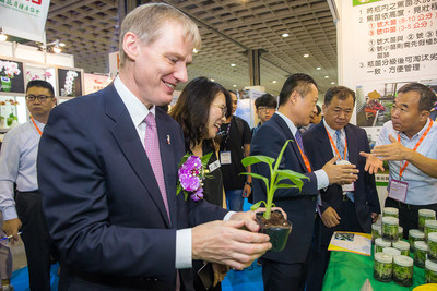 The harvest performance of cruciferous vegetables, watermelons and cherry tomatoes showcased in Taiwan Agricultural Technology Pavilion.