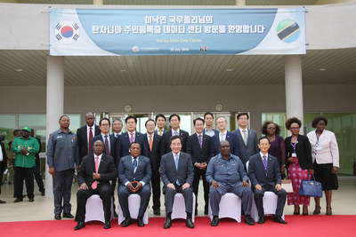 South Korean Prime Minister Lee Nak-Yon (center, seated) and Tanzanian Home Affairs Minister Alphaxard Lugola (second from right, seated) photographed with government officials and representatives from KT and Samsung C&T at the main data center of Tanzania's new national electronic resident registration system in Kibaha on July 22.
