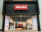 Every detail was considered, from the warm welcome with a fresh coffee to the interactive digital displays and live cooking with the Miele Chef for the marriage of customer service and technology. (CNW Group/Miele Canada)