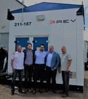De gauche à droite : Roland Davidson, directeur, REV ; Gaetan Djenane, gestionnaire du développement des affaires, Schneider Electric ; Kareem Nakhla, spécialiste du marketing, Schneider Electric ; Daryll Lowry, gestionnaire des ventes, REV et Shawn Oldenburger, directeur, REV (Groupe CNW/Schneider Electric)
