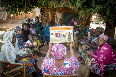 (Centre) Mama Yeleen Fatoumata Ouattara leads a group session with women to raise awareness of the importance of prenatal health visits and other matters related to health in Baraouéli village, Ségou Region, Mali, Tuesday 6 February 2018. © UNICEF/UN0161679/Keïta (CNW Group/UNICEF Canada)