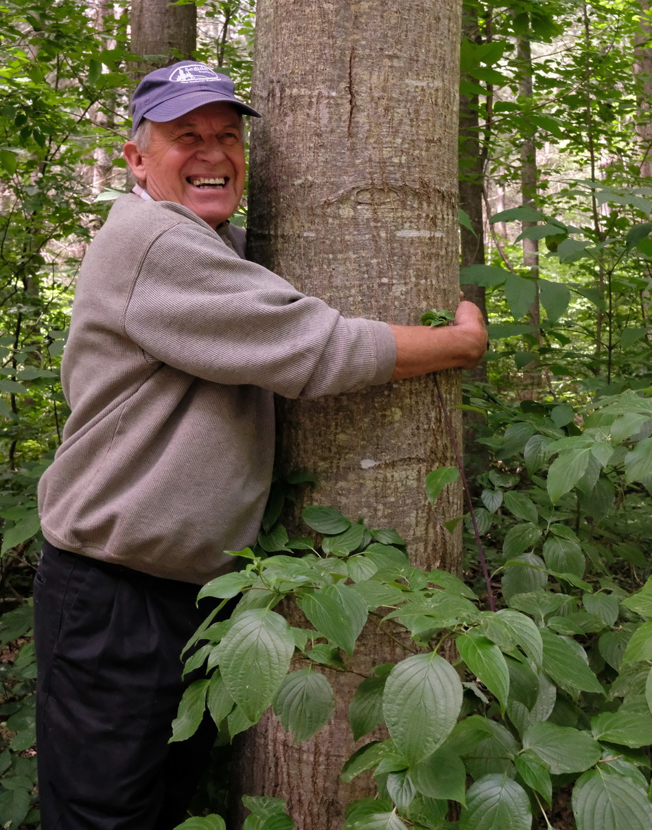 Ed Barden hugging one of his beloved trees. (CNW Group/Forests Ontario)