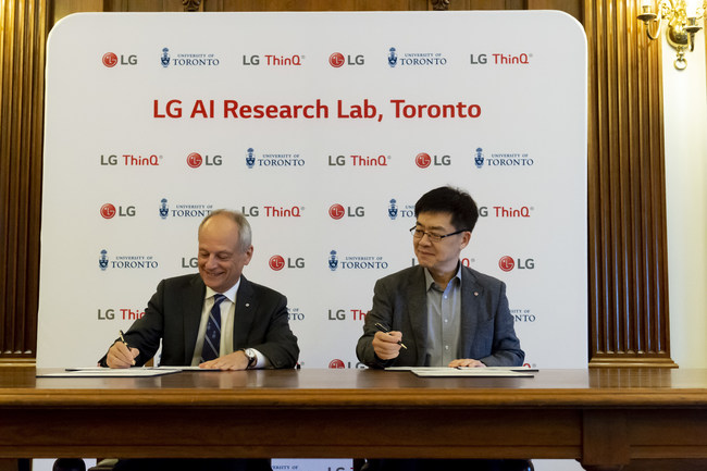 Dr. Meric Gertler, President, University of Toronto, and Dr. I.P. Park, President & Chief Technology Officer, LG Electronics Inc., finalize the five-year, multi-million dollar AI research partnership with the University of Toronto.