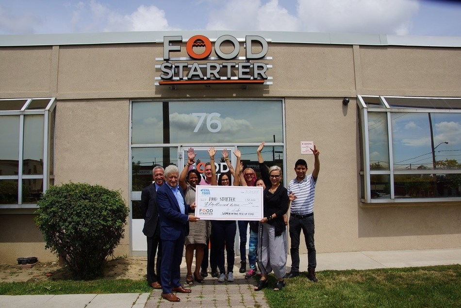 Food Starter clients, staff and Boris Serebryany, President and CEO of Fiera Foods Company (left & front) and Petra Kassun-Mutch, Executive Director, Food Starter (right & front) celebrated the Women in Food Rise Up Fund on July 31, 2018. (CNW Group/Food Starter)