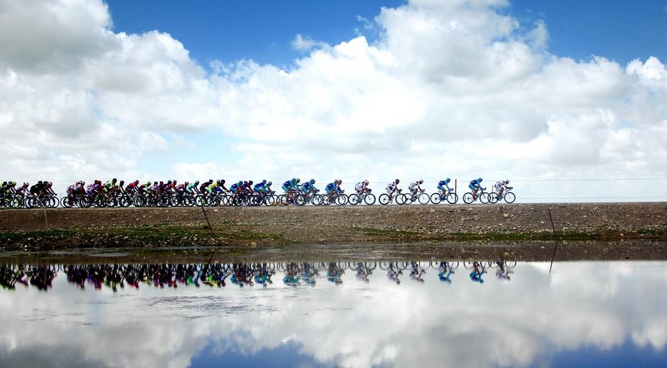 Cyclists compete alone the Qinghai Lake in the 17th Tour of Qinghai Lake in northwest China's Qinghai Province in July 2018. (Xinhuanet Photo by Yang Shoude)