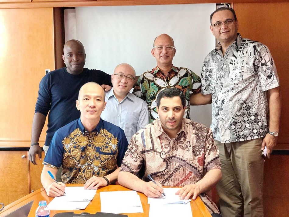 Signing MOU between Pundi X CEO and co-founder Zac Cheah (sitting left) and the CEO of Digital Force and co-founder of ebooc Abdalla Al Shamsi (sitting right) in Jakarta. Standing from Left to Right : Micheal Lawal Business Development Manager at Pundi X, Rudy Danandjaj CEO of Infinet Mobile & President Commissioner of E2Pay, Pundi X President, Constantin Papadimitriou, MD Bchain, and ebooc co-founder Sunil Malhotra
