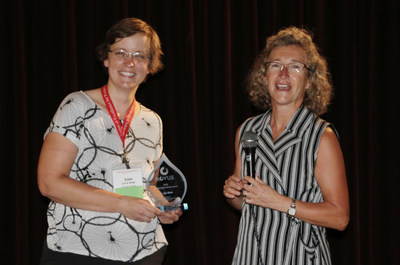 Dr. Lisa Bielke, Ohio State University, was awarded the 2018 Novus Outstanding Scholar award for her work in poultry health and nutrition. The award was given by Dr. Mercedes Vazquez-Anon, Novus International, Inc.
