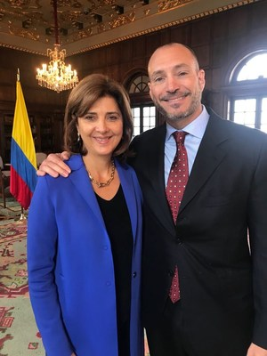 PharmaCielo Canadian CEO Anthony Wile receives Colombian Citizenship from Foreign Minister María Ángela Holguin. (CNW Group/PharmaCielo)