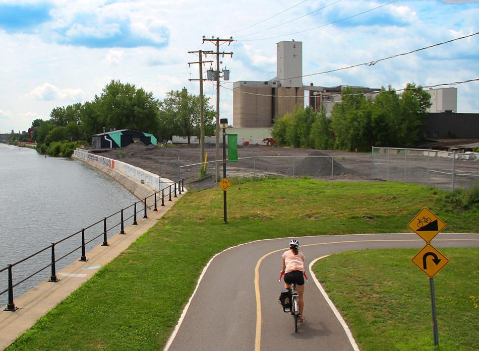 Lachine Canal - North side, Des Seigneurs Street, West direction (CNW Group/Agence Parcs Canada - Unité des voies navigables)