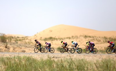 Cyclists compete in the desert area during the Tour of Qinghai Lake (Xinhuanet Photo)