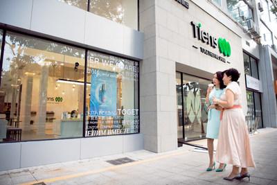 Duas mulheres elegantes passam em frente da loja de experiência (PRNewsfoto/TIENS)