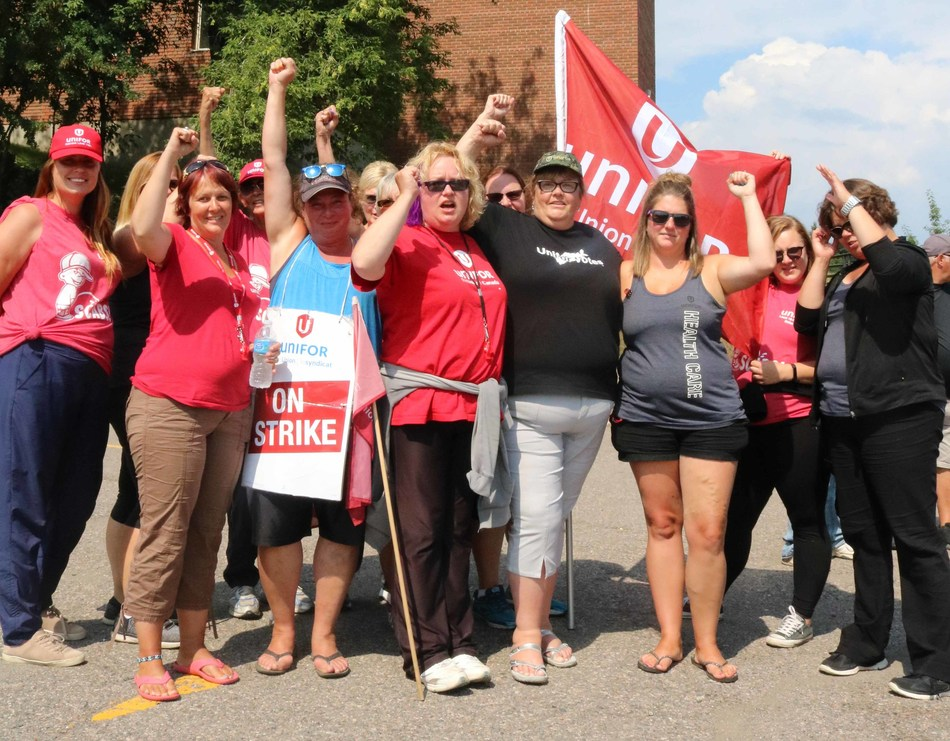 Members of local 229 continued to rally outside the Port Arthur Centre on Thursday. (CNW Group/Unifor)