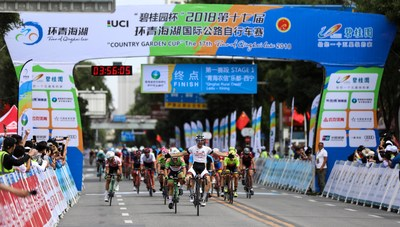 Media and public are watching cyclists competiting in the Tour of Qinghai Lake (Xinhuanet Photo)