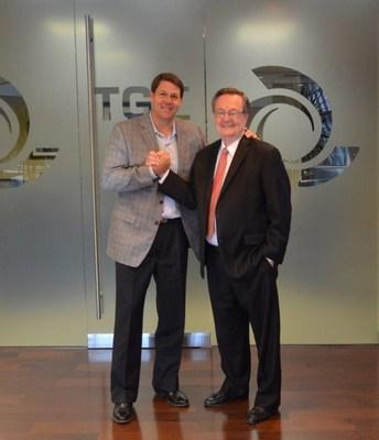 El congresista estadounidense Jodey Arrington (R-TX) (izquierda) y el director ejecutivo de Tri Global Energy John Billingsley (derecha) (PRNewsfoto/Tri Global Energy)