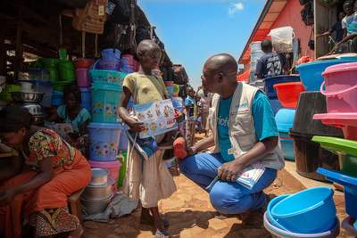 On 11 August 2018, Jean-Pierre Masuku, UNICEF's Ebola Outreach Officer in North Kivu in The Democratic Republic of the Congo, discusses Ebola prevention with a girl in Ebola-affected Beni. © UNICEF/UN0228983/Naftalin (CNW Group/UNICEF Canada)