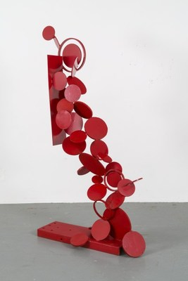 Françoise Sullivan, Chute en rouge, 1966 Acier soudé et peint  210,5 x 127 x 52 cm  Collection Musée d'art contemporain de Montréal  © Françoise Sullivan / SODRAC (2018)  Photo : Guy L'Heureux (Groupe CNW/Musée d'art contemporain de Montréal)