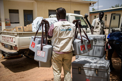 UNICEF health worker carries cool-boxes containing vaccines to a pick-up truck outside the hospital, ahead of a rural vaccination drive in Koch county, in Bentiu, South Sudan, Friday 5 May 2017. © UNICEF/UN0219198/ (CNW Group/UNICEF Canada)