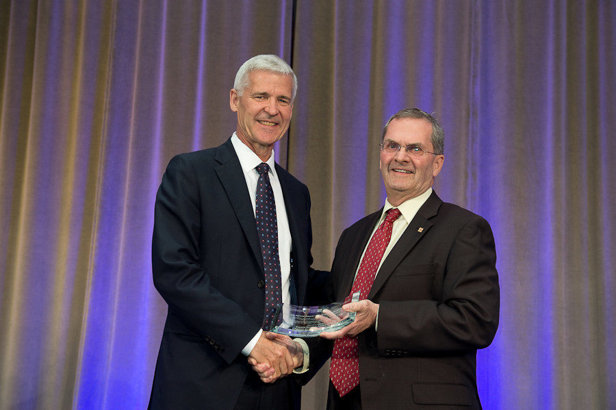 CRA Commissioner Bob Hamilton (L) accepts the Canadian Payroll Association's Partner Award from retiring CPA President Patrick Culhane (R). (CNW Group/Canadian Payroll Association)