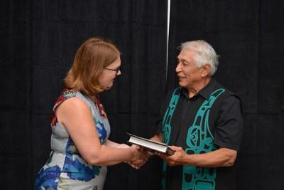 La ministre Philpott en compagnie de Robert J. Dennis Senior, conseiller en chef des Huu-ay-aht (Groupe CNW/Services aux Autochtones Canada)