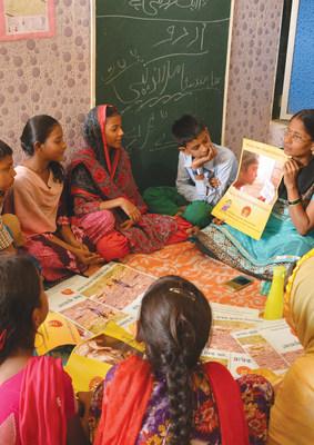 Programas da Pratham para ensinar crianças menos privilegiadas da Índia noções básicas de escrita, leitura e números nos campos de aprendizado.