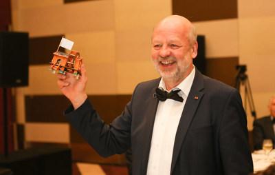"""O Sr. Hans-Josef Fell, conhecido como """"pai da lei de eletricidade verde"""" na Alemanha, foi laureado com o Prêmio LUI Che Woo de 2018 na categoria Prêmio de Sustentabilidade. Esta lei é em grande parte responsável por dar início ao boom de energia renovável da Alemanha e foi copiada no mundo inteiro."""