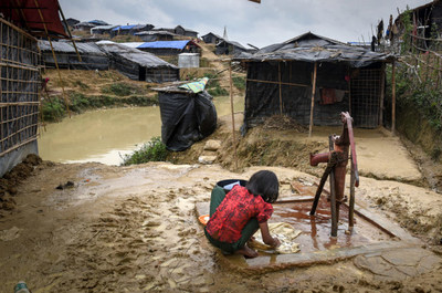 A young girl washes clothes for her family in a Bangladesh refugee camp. Without access to education and other opportunities, girls are at a greater risk of dangers such as early marriage and trafficking. (CNW Group/World Vision Canada)