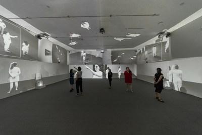 Rafael Lozano-Hemmer (en collaboration avec Krzysztof Wodiczko), Zoom Pavilion, [Pavillon d'amplification], 2015. Projections, caméras infrarouges, blocs d'éclairage infrarouge, haut-parleurs, ordinateur, composantes électroniques et logiciel sur mesure  Avec l'aimable permission de l'artiste et de la galerie bitforms © Rafael Lozano-Hemmer / SODRAC, Montréal / VEGAP, Madrid (2018) (Groupe CNW/Musée d'art contemporain de Montréal)