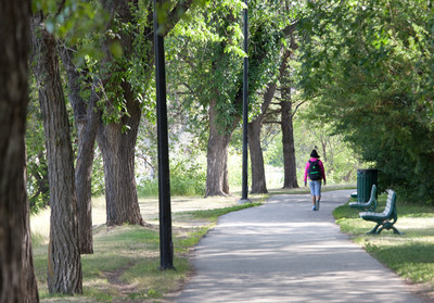 Walking along the Meewasin Trail in downtown Saskatoon (CNW Group/Royal Canadian Geographical Society)