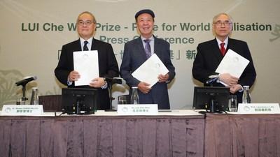 A partir da esquerda: Dr. Moses Cheng Mo-Chi, membro do conselho de governadores da LUI Woo Prize Limited; Dr. Lui Che Woo, fundador e presidente do conselho de governadores e do conselho de premiação do Prêmio LUI Che Woo; e Professor Lawrence J. Lau, presidente do comitê de recomendação do Prêmio LUI Che Woo no anúncio da conferência de imprensa. (PRNewsfoto/LUI Che Woo Prize Limited)