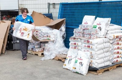 As wildfires wreak havoc across British Columbia forcing people to flee their homes with pets in tow, Hill's Pet Nutrition Canada has come to the rescue with a 3,000 pound donation of food to help the BC SPCA's emergency evacuation shelter in Prince George, BC feed hungry pets from surrounding communities. Photo credit: Canadian Press. (CNW Group/Hill's Pet Nutrition Canada)