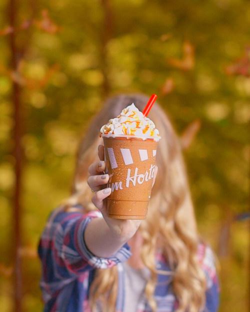 Cette année, Tim Hortons démarre la saison de l'automne en offrant un nouveau cappuccino glacé aux épices d'automne (Groupe CNW/Tim Hortons)