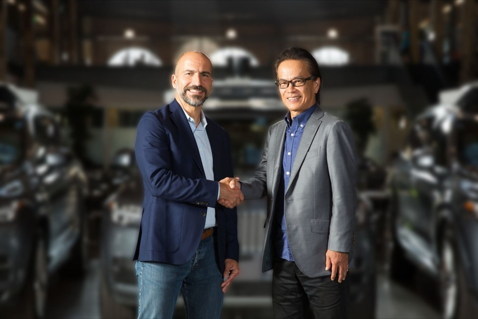 Dara Khosrowshahi, Uber's CEO, and Shigeki Tomoyama, executive vice president, TMC, and president, Toyota Connected Company shake hands on the agreement to collaborate with the aim of advancing and bringing to market autonomous ride-sharing as a mobility service at scale. (Photo by Rikki Ward Photography)