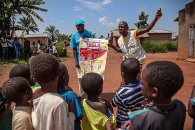 Le 13 août 2018, des agents de communication de l'UNICEF expliquent aux enfants comment prévenir l'Ebola, près de Mangina, Nord Kivu, en République démocratique du Congo (RDC). © UNICEF/UN0229509/Naftalin (Groupe CNW/UNICEF Canada)