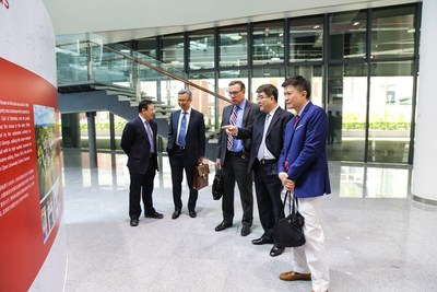 PHBS Dean Hai introduces the development of its UK campus to AACSB peer review team at the PKU history exhibition held on the Shenzhen campus