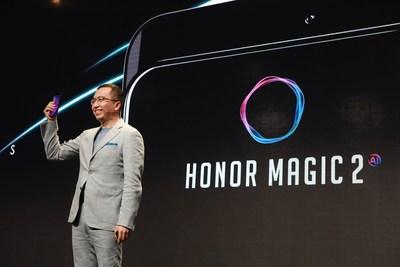 Sr. George Zhao, presidente de Honor, sostiene un dispositivo Honor Magic 2 en el evento Honor Play en Berlín (PRNewsfoto/Honor)